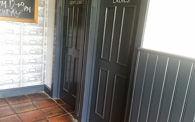 Entrance area and doors in designer paint colours